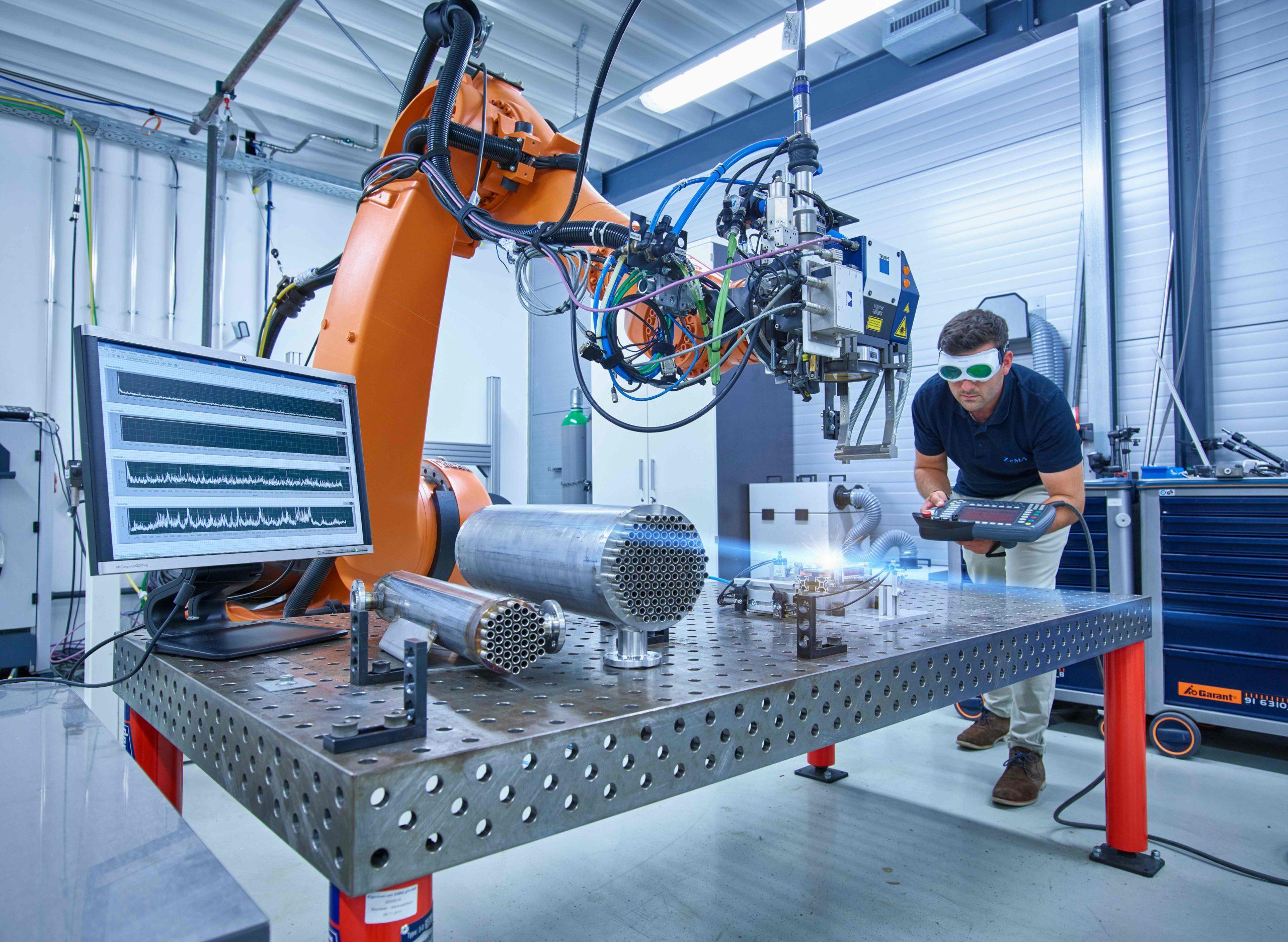 Wissenschaftler forscht mit Roboter